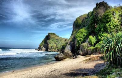 Keindahan Pantai Nguyahan
